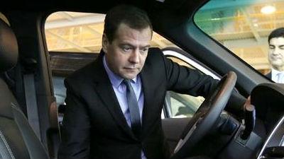 Медведев поддержал помощь автопрому на 25 млрд рублей