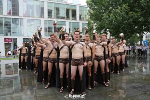 В Китае избили участников рекламной акции, переодетых в спартанцев