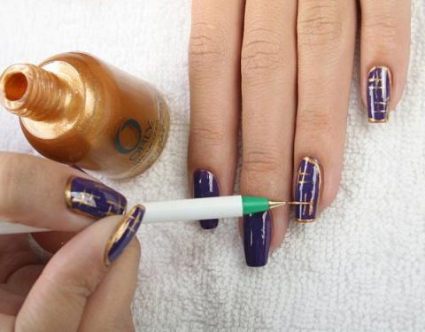 Рисунки иголкой на ногтях.