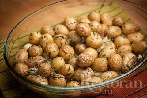 Картофель, запеченный в духовке с чесноком и травами