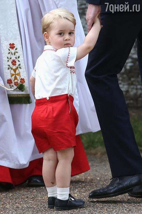Принц Джордж в халате покори…