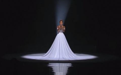 Дженнифер Лопес поразила публику интерактивным платьем