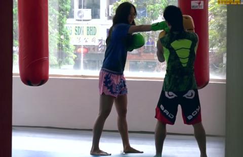 Чемпионка по тайскому боксу …