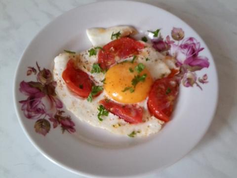 Яичница с помидорами - быстрый, вкусный, живописный завтрак