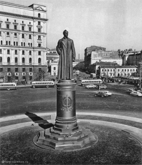 Мосгордума одобрила референдум о возвращении памятника Дзержинскому на Лубянку
