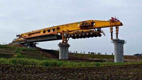 Сумасшедшие методы строительства: китайцы создали машину, которая быстро и качественно возводит мосты