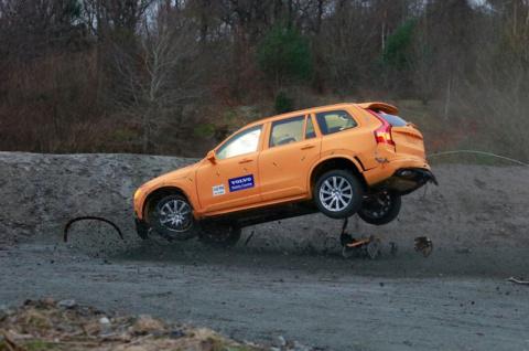 Новая система безопасности от Volvo при вылете с дороги