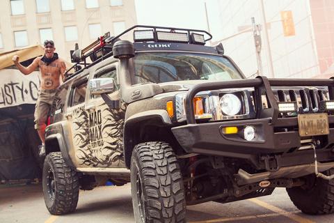 Канадцы расписали автомобили грязью ради нового «Безумного Макса»