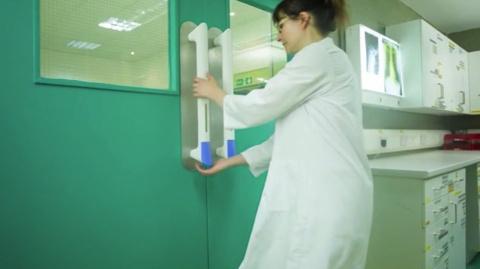 Дверная ручка PullClean, которая распределяет дезинфицирующее средство