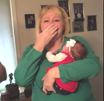 Бабушке впервые показали новорожденную внучку. Ее реакция удивительна!