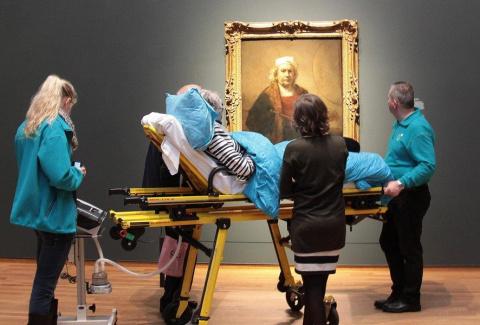 Фото.  Неизлечимо больная женщина смотрит на автопортрет Рембрандта в Государственном музее Амстердама.