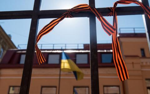 В Москве назвали возмутительным запрет георгиевской ленточки на Украине