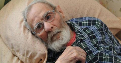 Мужчина сдал отца в дом престарелых.