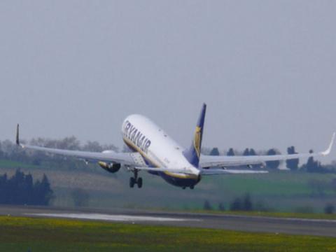 Во время взлета самолета фиг…