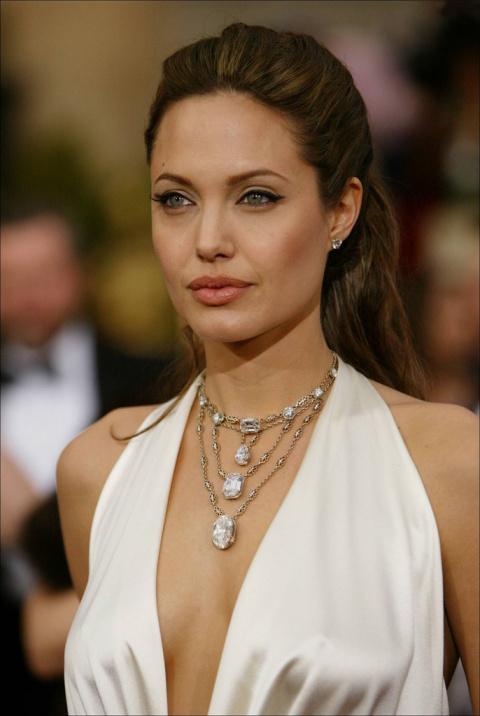 Анджелина Джоли ест по шесть раз в день