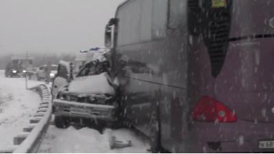 В ДТП с джипом и школьными автобусами на Сахалине погибли три человека