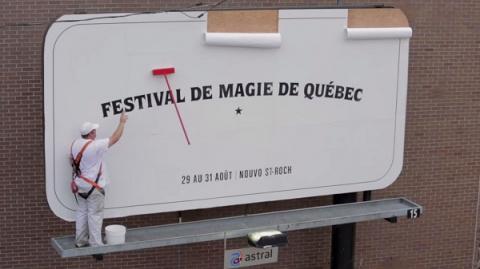 Волшебная щетка сама моет билборд