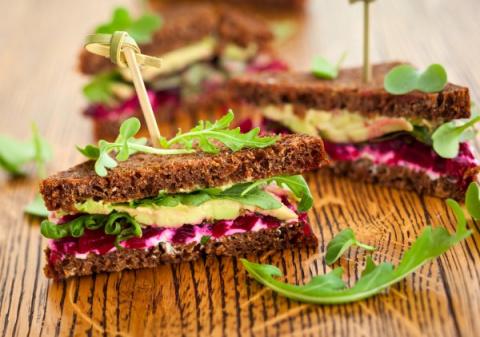 Новогодние рецепты: Сэндвич с авокадо и свеклой