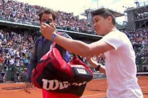 На Roland Garros болельщик выбежал на корт ради «селфи» с Роджером Федерером
