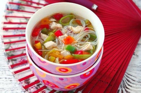 Куриный суп с рисовой лапшой и овощами