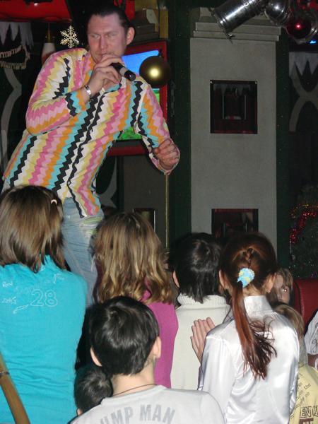 Ди-джей проводит детскую новогоднюю дискотеку
