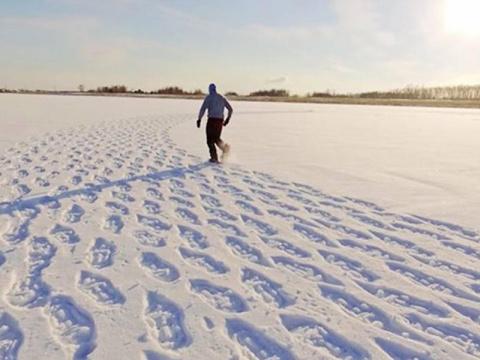 Он шагал по снегу весь день,…