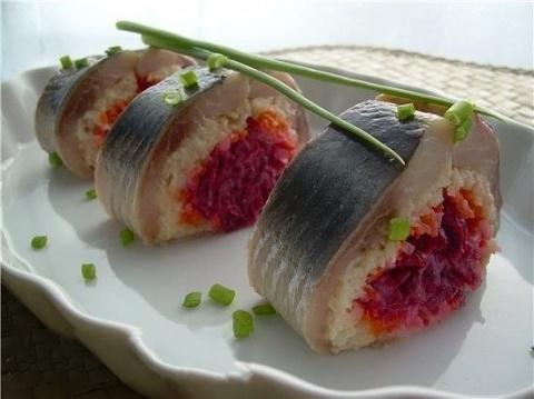 Замечательные закусочные рулетики «Шуба под селедкой»