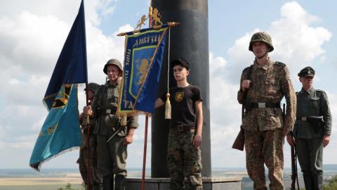 В форме СС, с черепами и свастиками: дикая церемония «перезахоронения героев» во Львовской области