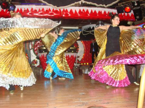 Танцевальный коллектив на детской новогодней дискотеке