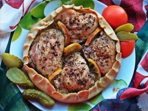 Фото к рецепту: Курица, запечённая в съедобной тарелке