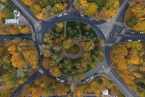 В России вступают в силу новые правила проезда при круговом движении