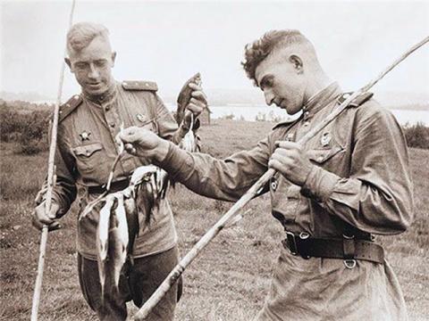 С наступающими праздниками всех рыбаков! Хорошего лета и богатых уловов.