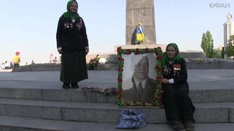 Две сестры встали в Киеве с портретом Жукова, отстояв его у не-нацистов