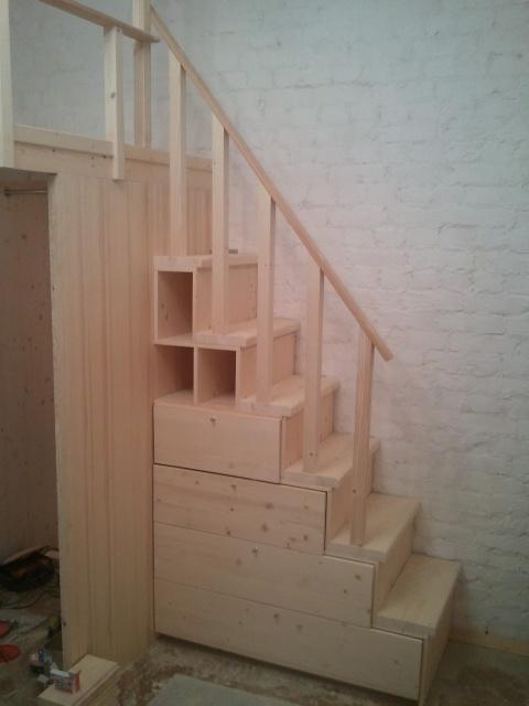лестница из полок с дверками
