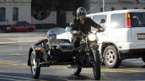 Брэд Питт уже пятый год катается на мотоцикле «Урал» с коляской