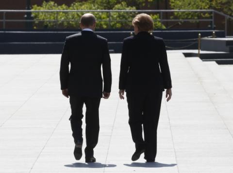 СМИ: Меркель ведет двойную игру