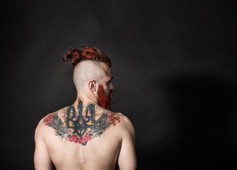 Мужчина с татуировкой Золото…