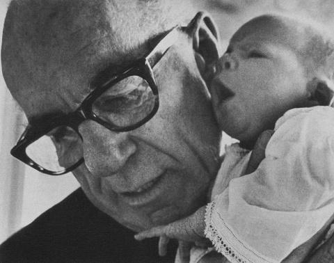 7 спорных рекомендаций из книги Бенджамина Спока «Ребенок и уход за ним»