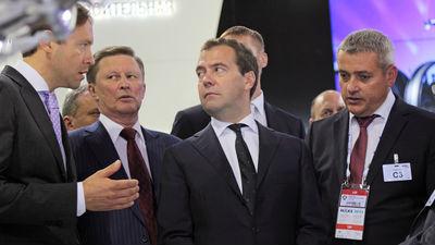 Медведев и члены кабмина под…