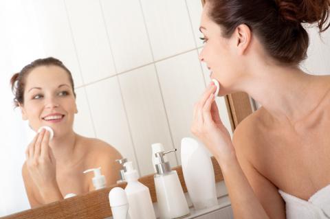6 важных правил ухода за кожей перед сном, которые помогут предотвратить появление акне.