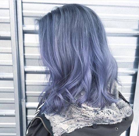 Волосы под цвет джинсов — новый необычный тренд в окрашивании волос