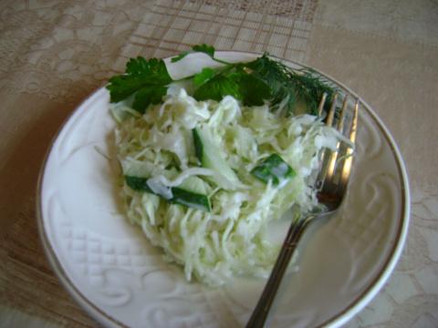 Весенний салатик с капустой и огурцом