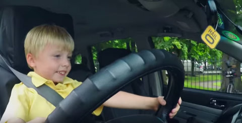 В Ирландии приняли на работу трехлетнего водителя такси