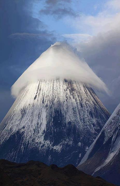 Облачная шапка над Ключевской Сопкой. А вы бы как назвали?