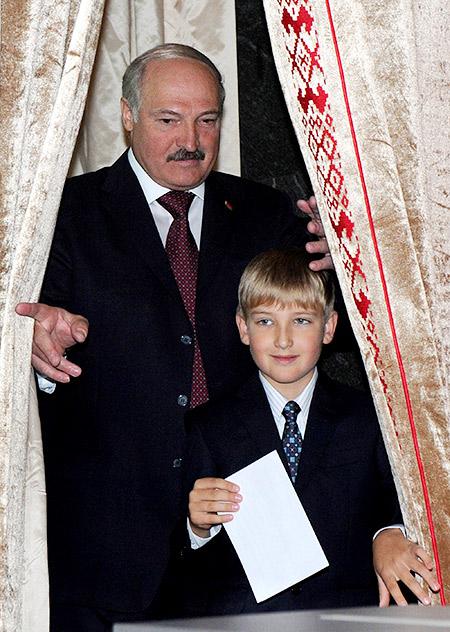Батька и сын: Александр Лукашенко воспитывает уникального человека - Колю