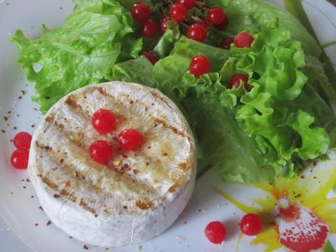 """Салат с сыром """"Бри"""" и калиной"""