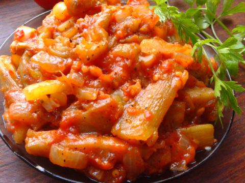 Баклажаны в томатном соусе с чесноком и сладким перцем.