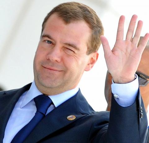 Премьер Медведев повысил зар…