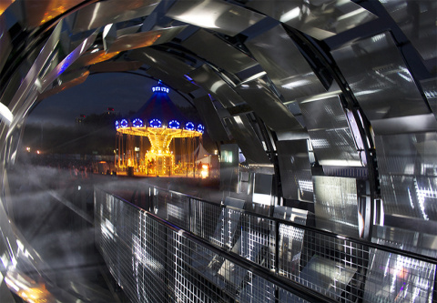 Гигантский вращающийся калейдоскоп компании HTC