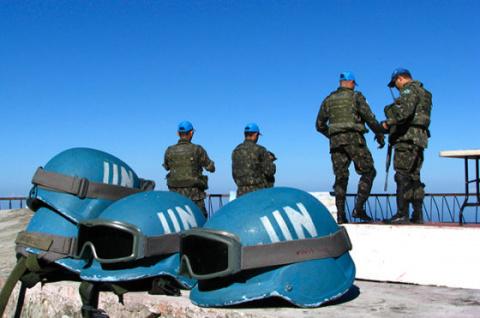 Стрелковым оружием предлагает снабдить миротворцев ООН в Донбассе резолюция от России